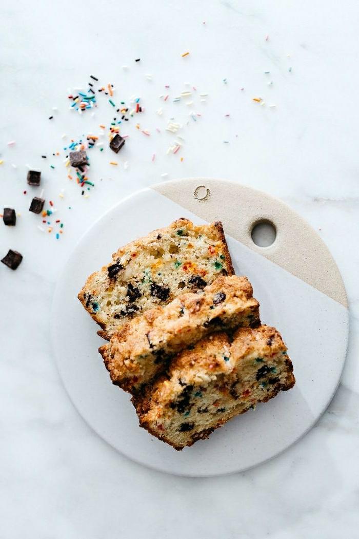 pastel casero con trozos de chocolate, recetas faciles y rapidas, ideas de brunch para niños, recetas de postres fáciles
