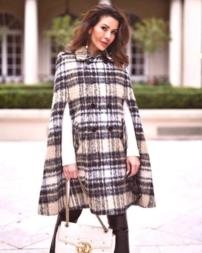 capas modernas 2020, capa con estampado en cuadros blanco y negro, elprint icónico para Chanel 2019, outfit otoño invierno