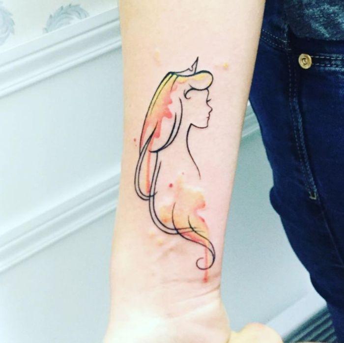 tatuaje antebrazo con la bella Durmiente, diseños de tattoos originales en acuarelas, más de 75 propuestas de tatuajes