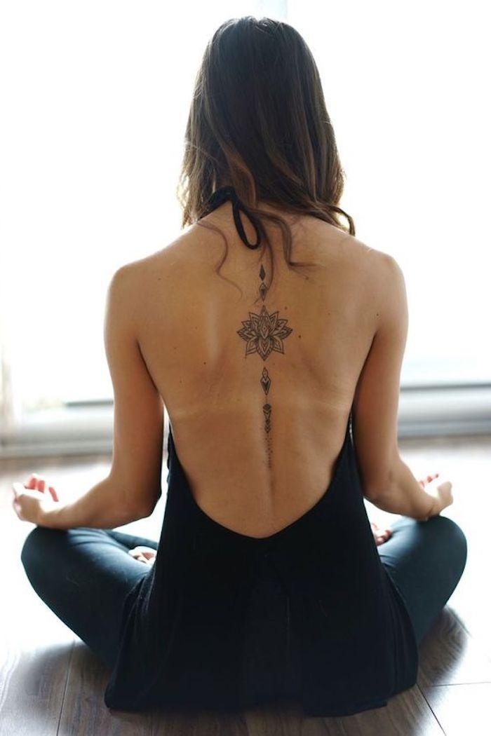 precioso tatuaje en la espina dorsal, tatuaje flor de loto con las chacras, ideas de diseños de tatuajes bonitos y simbolicos