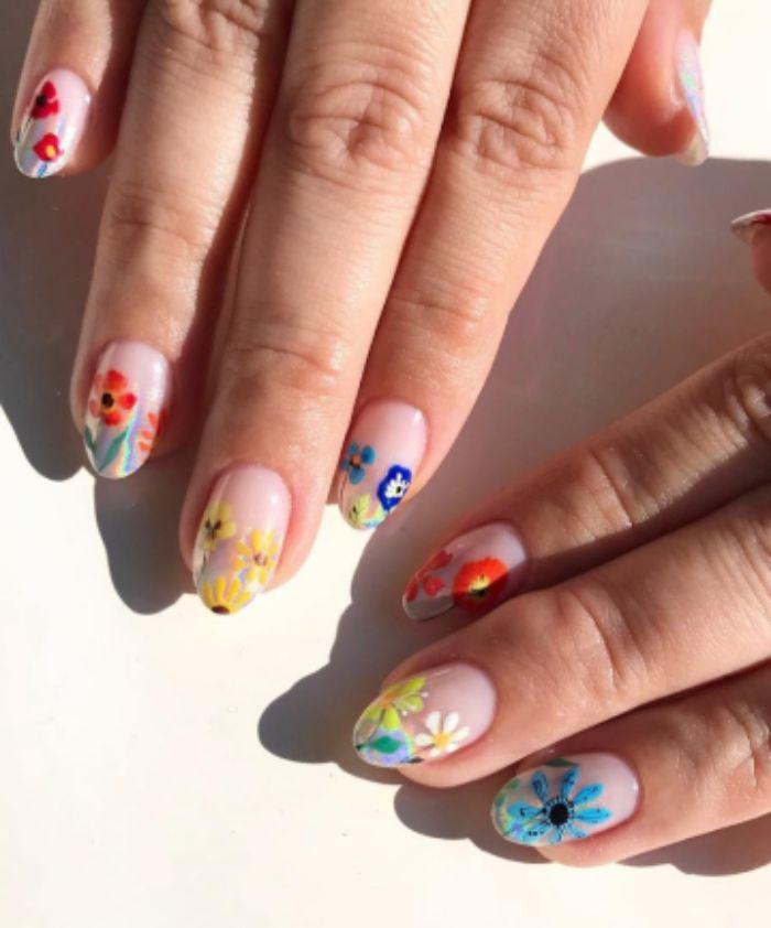 dibujos de flores en los colores del verano en las uñas, uñas decoradas diseños actuales, uñas largas almednradas