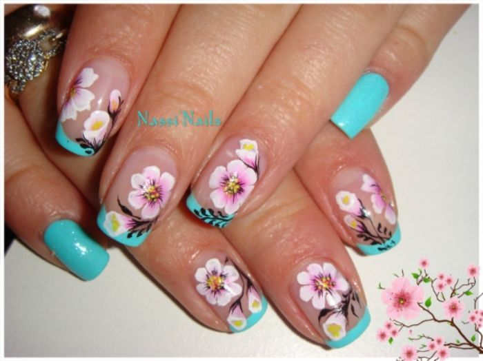 fotos de uñas francesas decoradas con puntas en color azul neón y dibujos de flor de cereza, uñas decoradas diseños actuales