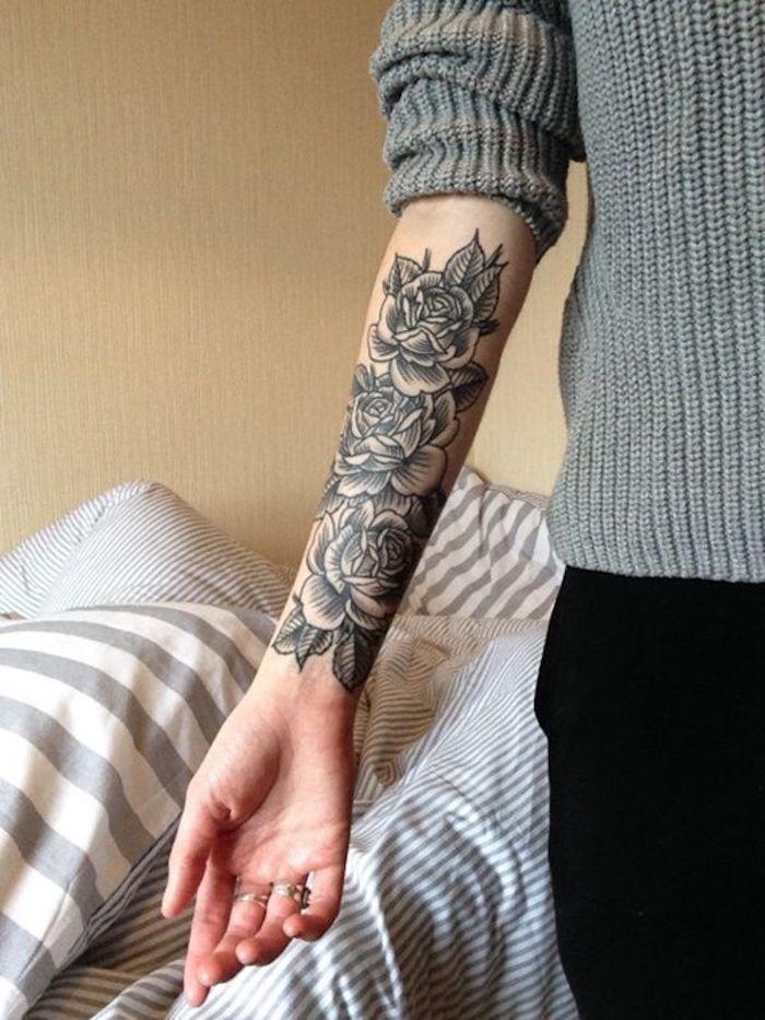 tatuajes originales para mujeres con rosas y flores, preciosos diseños en el antebrazo, tatuajes originales para mujeres