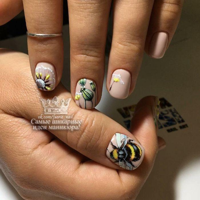 adorables fotos de uñas decoradas diseños actuales, uñas cortas pintadas en color nude con preciosos dibujos encima