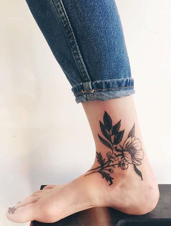 tatuajes originales para mujeres. diseño con motivo floral en el pie, diseños de tatuajes simbolicos bonitos en el pie