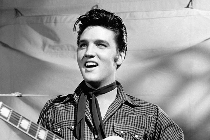 fotografías iconicas en blanco y negro de estrellas del rock, Elvis Presley con un peinado tupe, fotos bonitas de los años 50