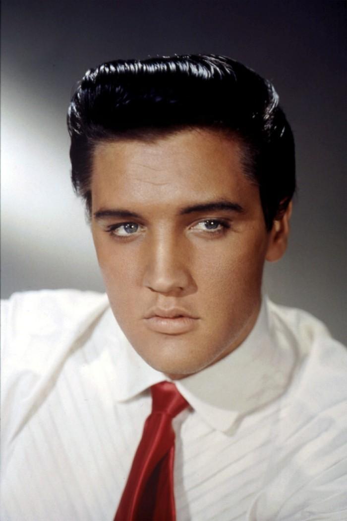 las mejores imágenes del rey de la música Rock Elvis Presley con su look emblématico de los años 50 del siglo XX