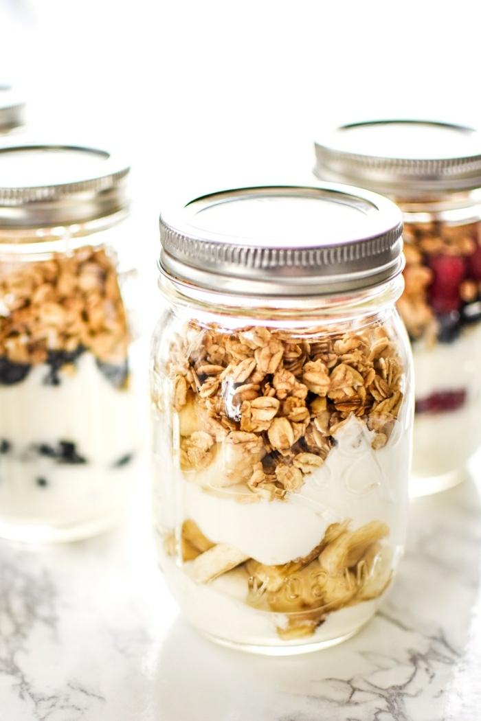 desayunos almuerzos saludables y nutritivos, frascos con cereales, plátanos y yogur griego, idead de recetas faciles y rapidas