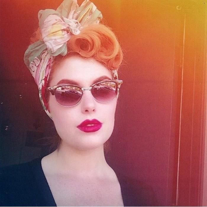 como conseguir un look de los años 80, recogido bonito con rizos en el pelo, pañuelo en estilo vintage, originales ideas old school