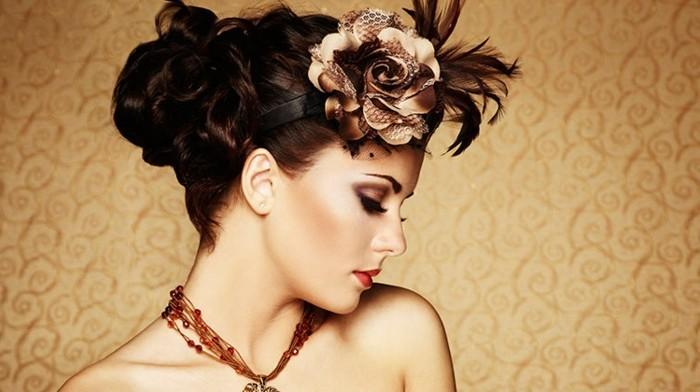 super bonitos peinados en estilo vintage y old school, flores en el pelo y recogidos con grandes bollo, propuestas de peinados para damas