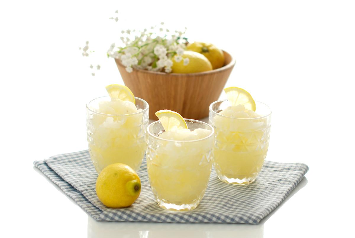 como hacer granizado de limón casero, bebidas y refrescantes para el verano, recetas fáciles y rápidas de helados caseros