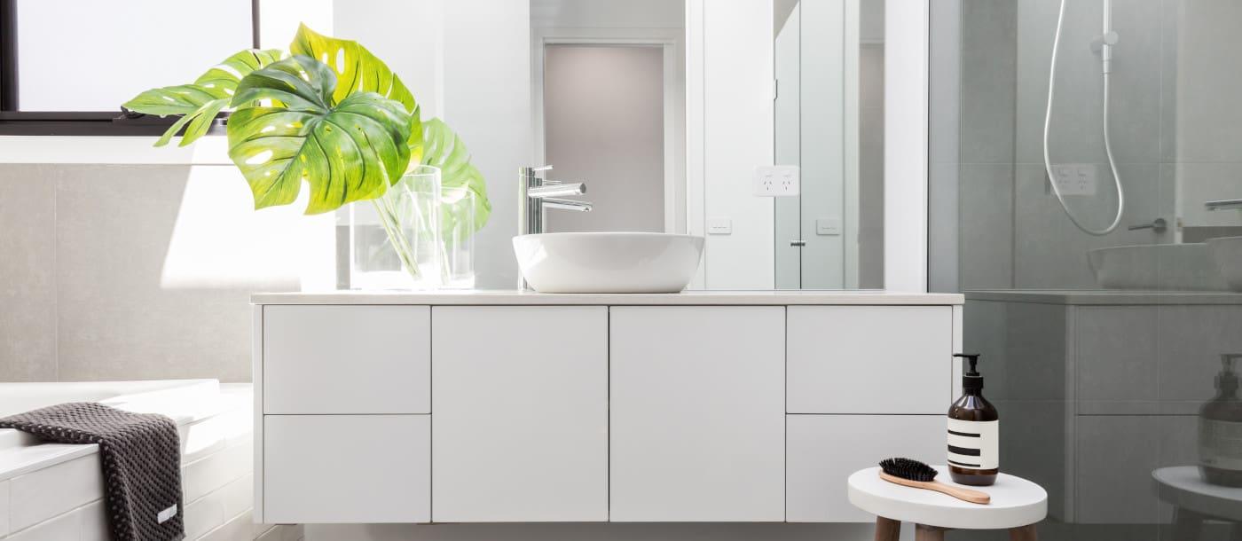 cuartos de baño grandes decorados en blanco y gris, baños decorados en estilo bohemio con plantas verdes, cuartos de baño bonitos