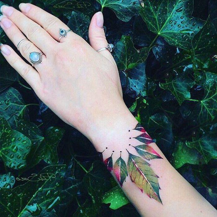 tatuajes con motivos botánicos en colores, tatuajes originales para mujeres, tatuajes coloridos con elementos florales