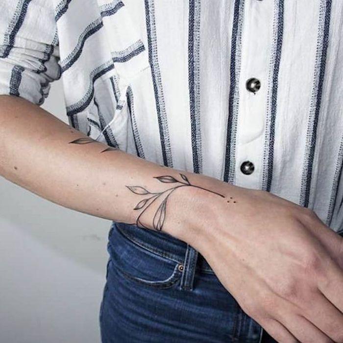 precioso tatuaje con motivos botánicos en la muñeca, diseños de tatuajes minimalistas, tatuajes antebrazo hombre mujer