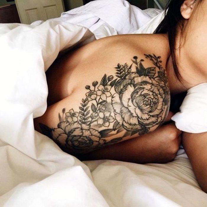 precioso diseños de tatuajes con flores, tatuaje peonías en el hombro, tatuajes originales para mujeres y sus significados