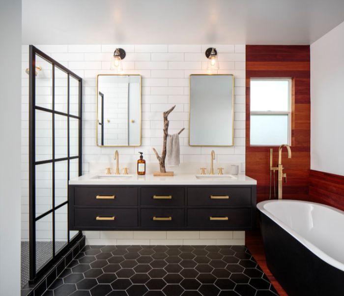 baño decorado en estilo ecléctico, baldosas hexagonales decoradas en color negro, armarios con detalles en color dorado