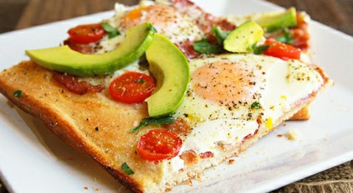 cuáles son las mejores propuestas para un desayuno almuerzo, pizza con aguacate, huevos, tomates cereza y perejil