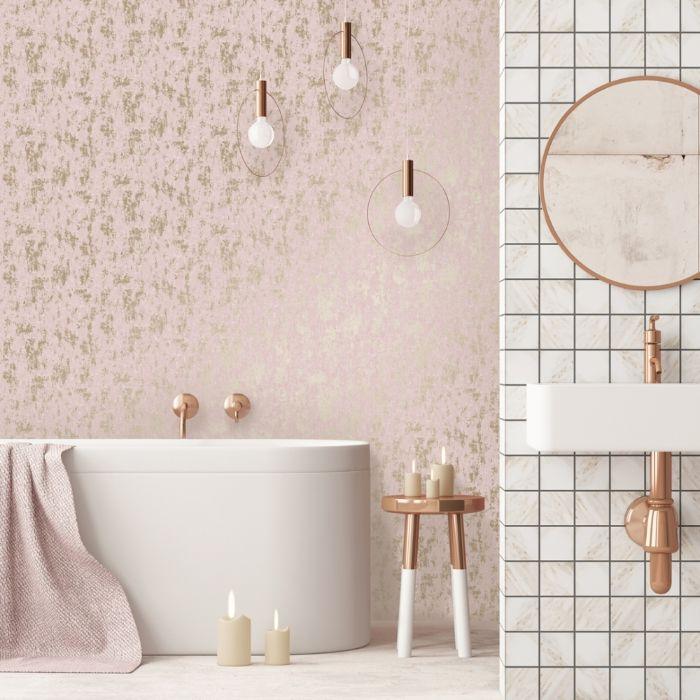 precioso baño decorado en blanco y rosado, papel pintado en rosado con detalles en dorado, paredes con motivos florales
