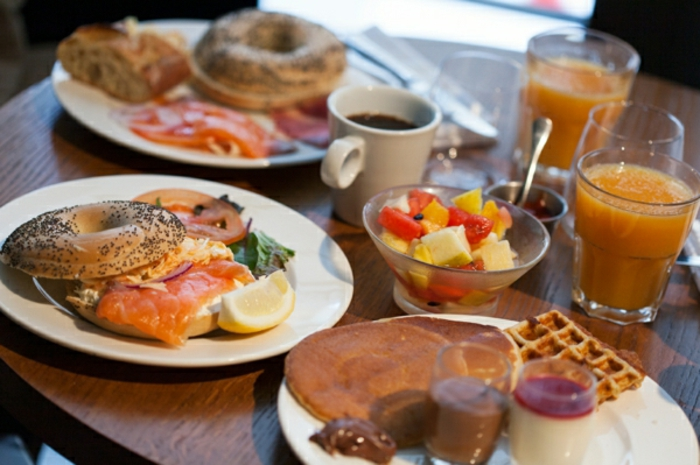 el mejor desayuno tardio que te puedes imaginar, croissant lleno con salmon ahumado y huevos, recetas faciles y rapidos