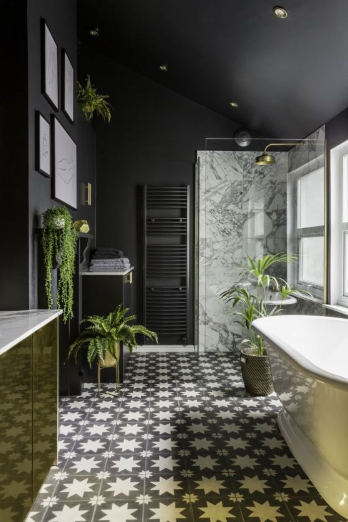 azulejos para baños modernos, baldosas originales con estrellas, paredes pintadas en negro, bañera en estilo vintage