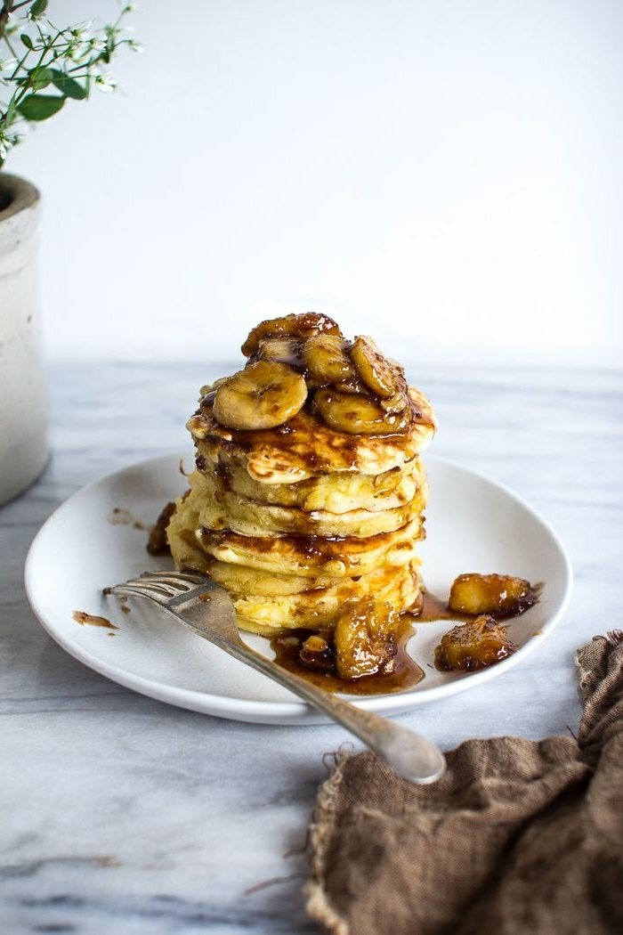 panqueques americanos esponjosos con jarabe de acre y platanos, desayunos ricos y fáciles de hacer para toda la familia