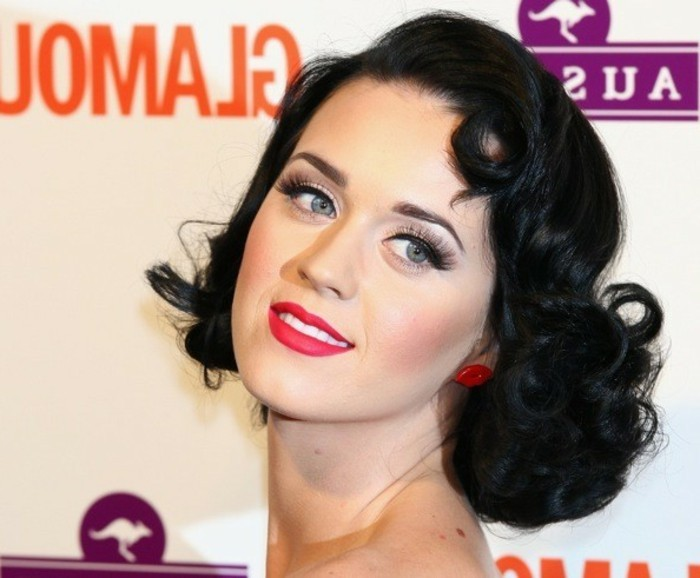 peinado pin up en estilo Katy Perry, media melena rizada con mucho volumen, ideas sobre como conseguir un look retro