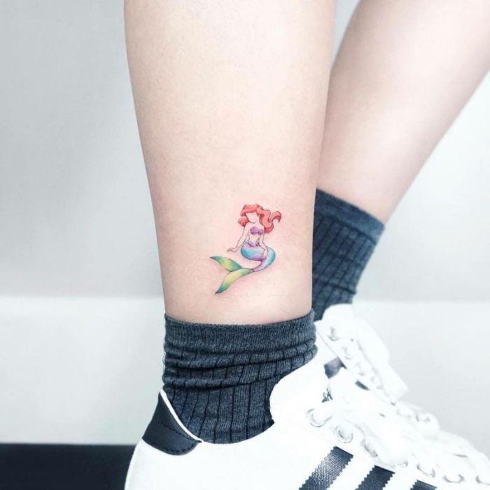 la Sirenita tatuada en la pantorrilla, originales ideas de tatuajes en colores, pequeño tatuaje con fuerte significado