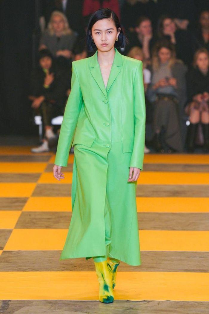 colores en tendencia para un outfit invierno moderno, abrigo largo en color verde neón con botas en amarillo y verde