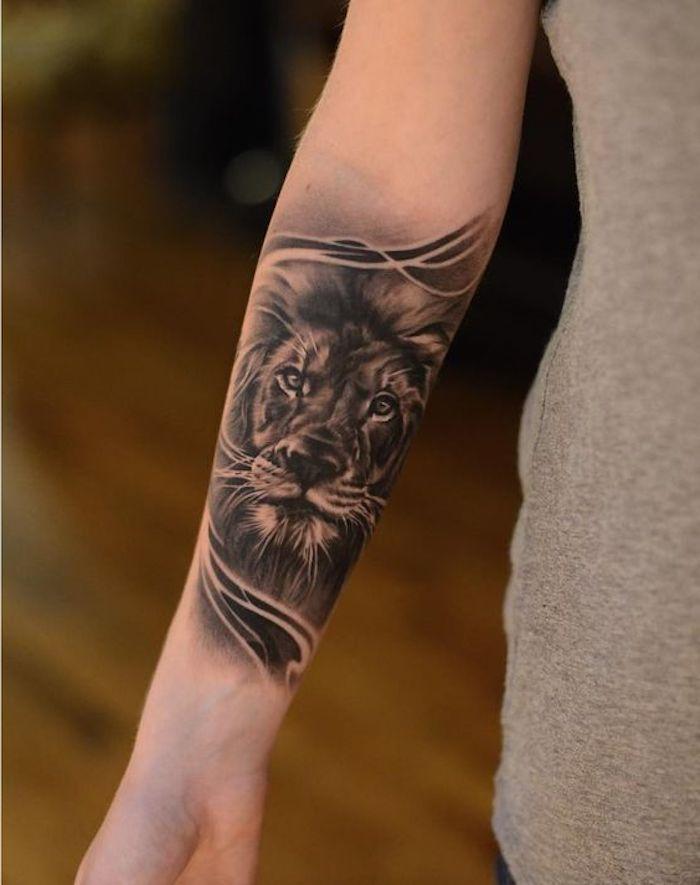 tatuaje león en el antebrazo, diseños de tatuajes simbólicos, fotos de tatuajes de animales bonitos, tatuaje león mujer