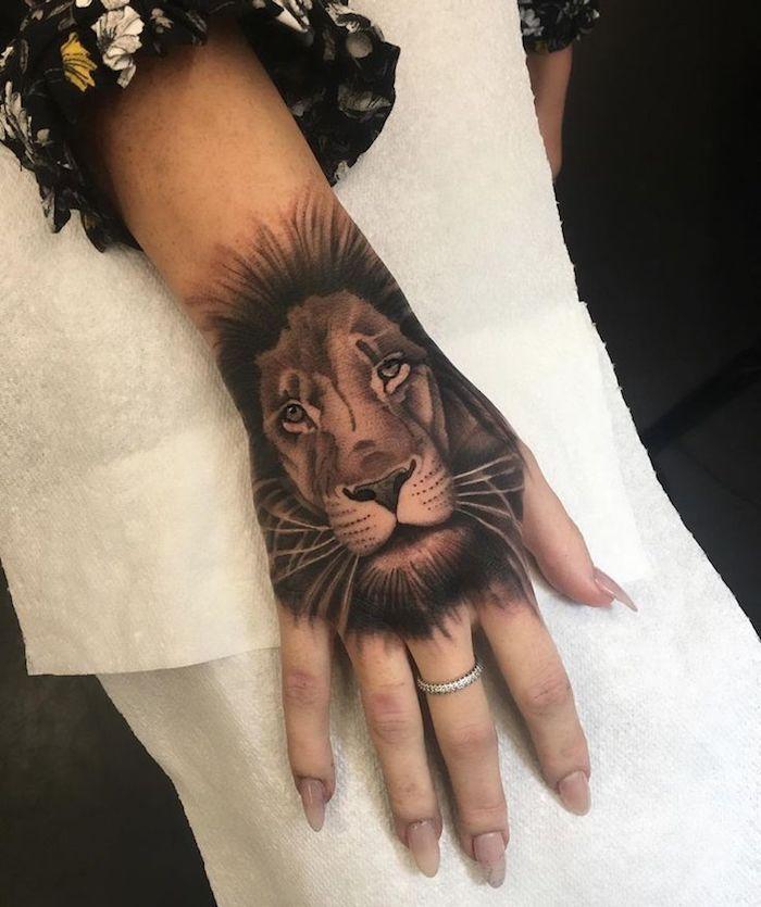 tatuaje león en la mano, diseños de tatuajes mujer simbólicos, tatuajes pequeños para mujeres originales en fotos