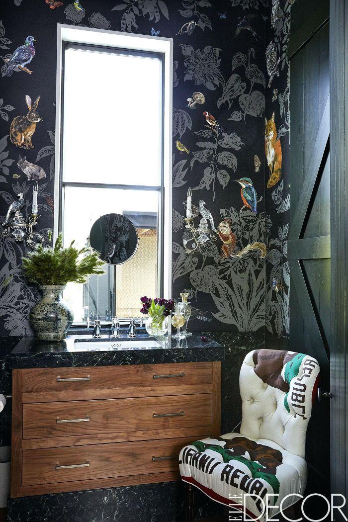 cuarto de baño pequeño con papel pintado con motivos botáncios, pequeñas habitaciones decoradas en estilo moderno