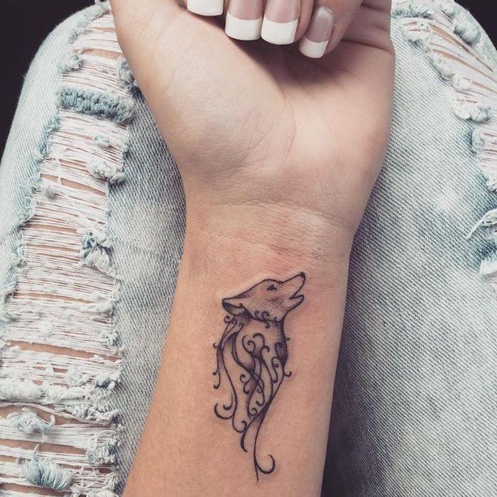 tatuajes pequeños para mujeres originales, tatuaje lobo que simboliza fuerza del carácter y fraternidad, tatuajes pequeños para mujeres originales