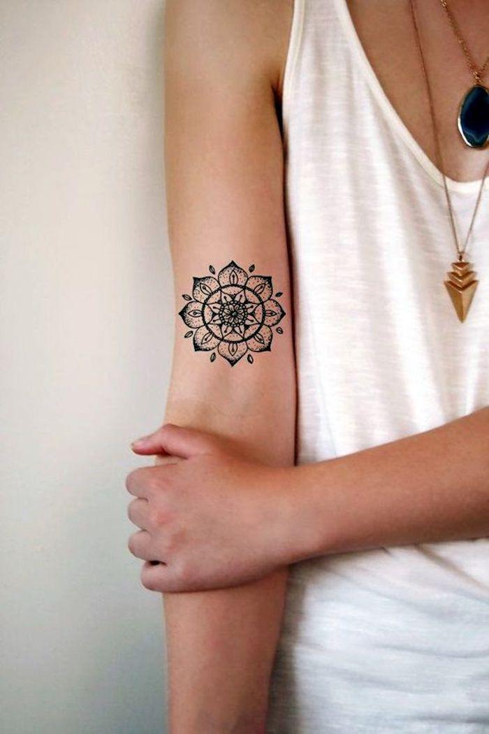tatuaje antebrazo con mandala, diseños de tatuajes originales, fotos de tatuajes para mujer finos con significado