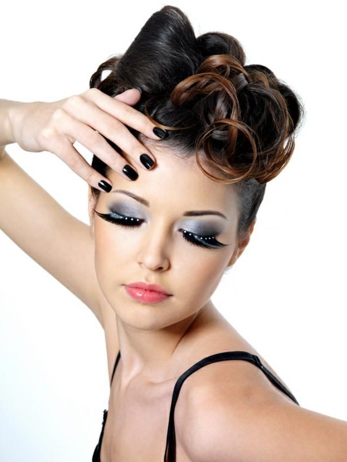 super originaels ideas de peinados en estilo vintage, recogidos con rizos en el pelo, maquillaje pin up con pestañas postizas