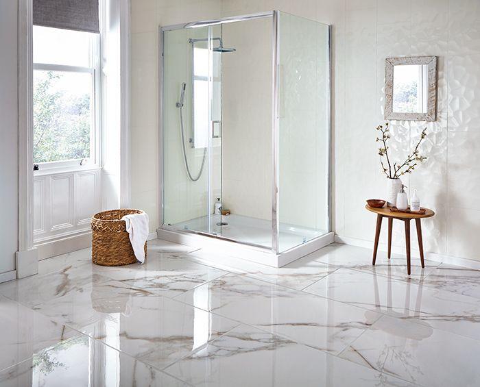 baños blancos decorados en estilo clásico, decoración de cuartos de baño bonitos, baños con suelo de mármol con cabina de ducha
