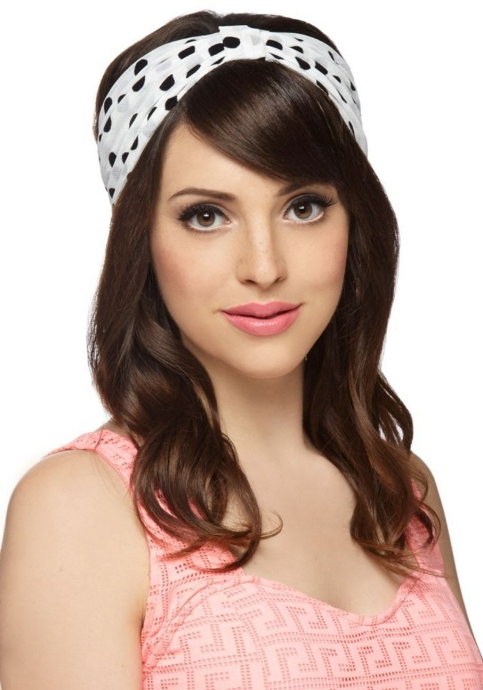 cabello largo rizado con mechas blayage más claras, bandana en color blanco con puntos negros, fotos de mujeres pin up