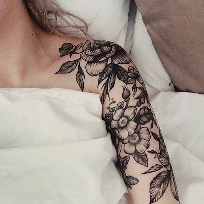 brazo entero tatuado con motivos florales, tatuajes originales en el brazo, diseños de tattoos con rosas, fotos de tatuajes