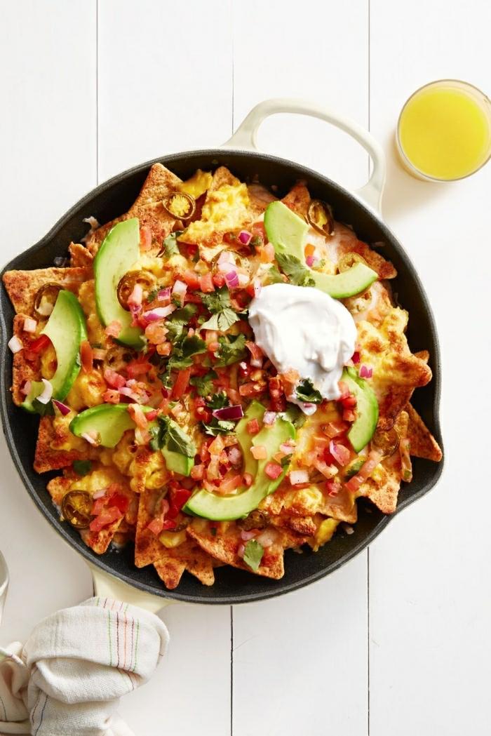 nachos con vegetales, crema espesa y trozos de aguacate, almuerzo ideas, qué preparar para toda la familia en sábado