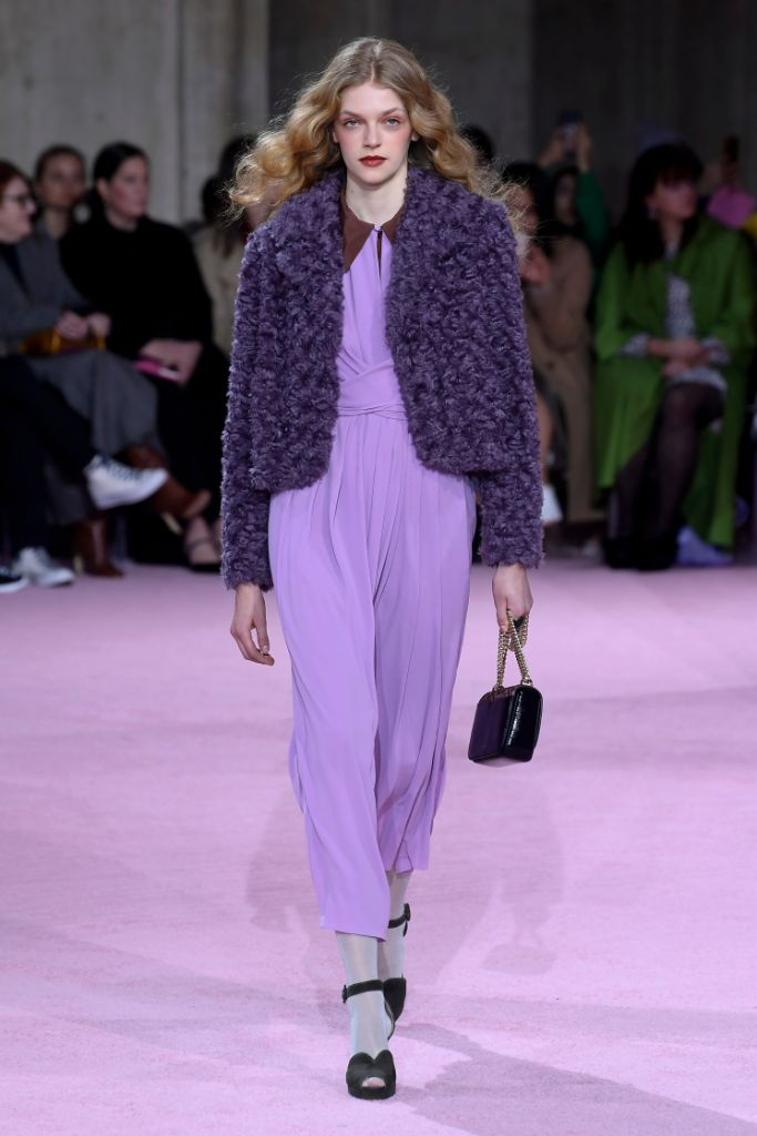 precioso mono de seda en color lavanda suave combinado con una chaqueta en lila oscuro y tacones altos en negro
