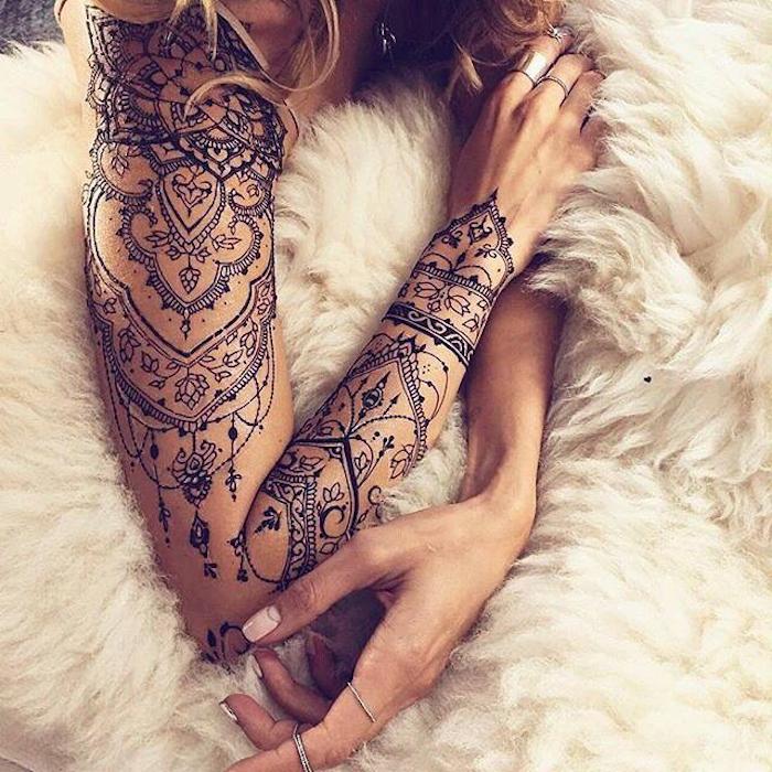tatuaje ornamentado brazo entero, diseños de tatuajes únicos, tatuaje brazalete, 150 propuestas de tatuajes originales