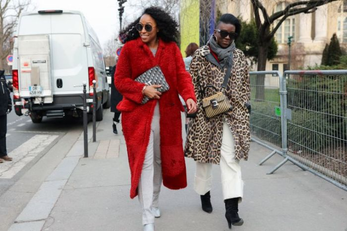 outfit invierno para elevar tu apariencia al máximo este otoño, abrigo largo peludo en rojo brillante y print animal
