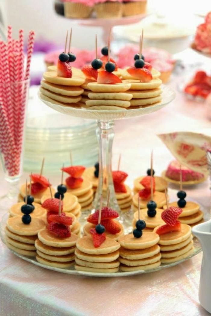 las mejores ideas para un brunch, panqueques esponjosas con frutas, ideas de desayuno para toda la familia en fotos