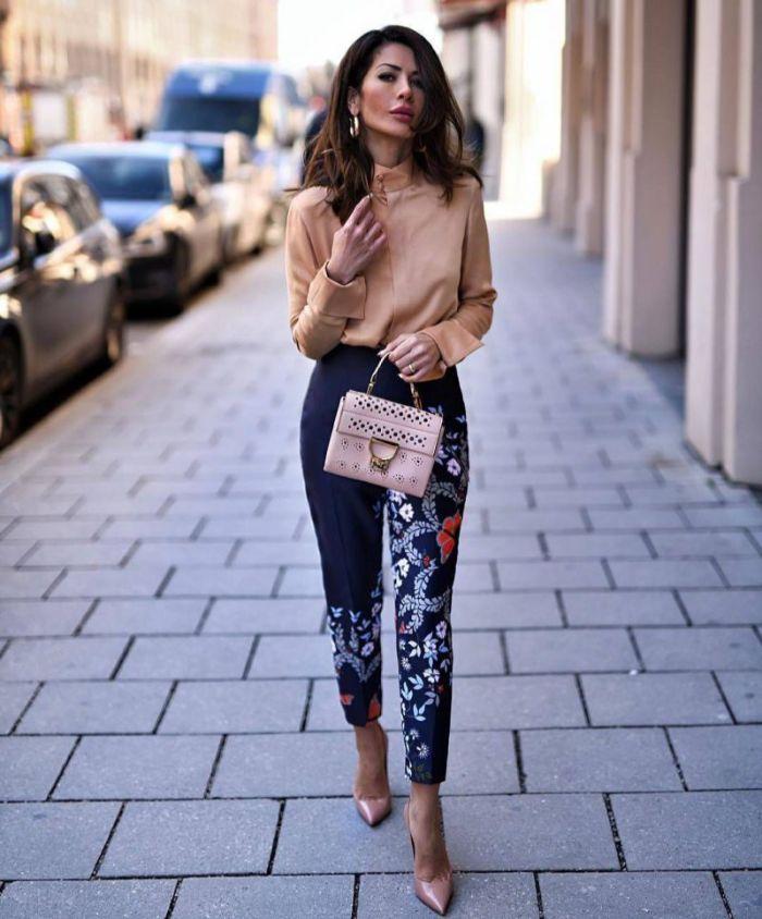 bonito pantalon pitillo en azul oscuro con motivos florales combinado con una preciosa camisa de seda y tacones altos