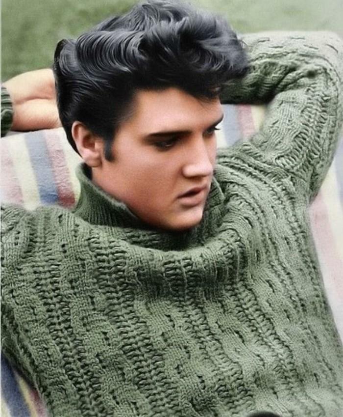 Elvis Presley con grande fleco texturizado, ideas de peinados hombre pelo rizado, fotos vintage de las estrellas años 50