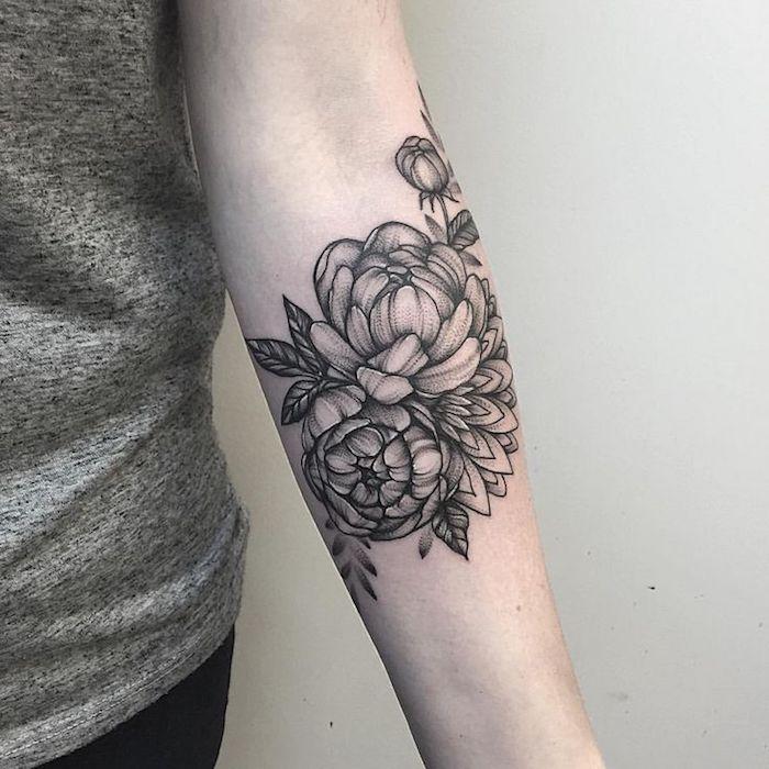 adorable diseño de tatuajes en el antebrazo, tatuajes finos para mujer, originales ideas de tatuajes con rosas y peonías