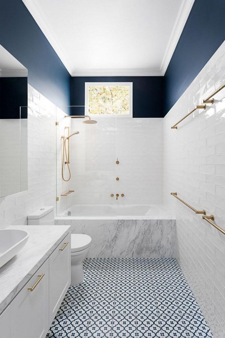 decoración de espacios pequeños en blanco y azul, azulejos de baños modernos y originales, pequeño baño alargado