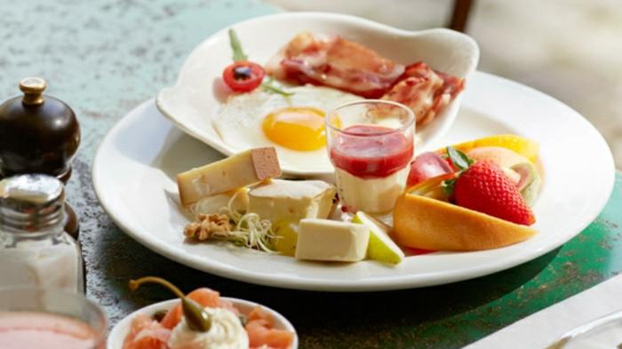 el mejor menú para un brunch fin de semana, trozos de queso, frutas, huevos fritos y embutidos, imagenes de comidas