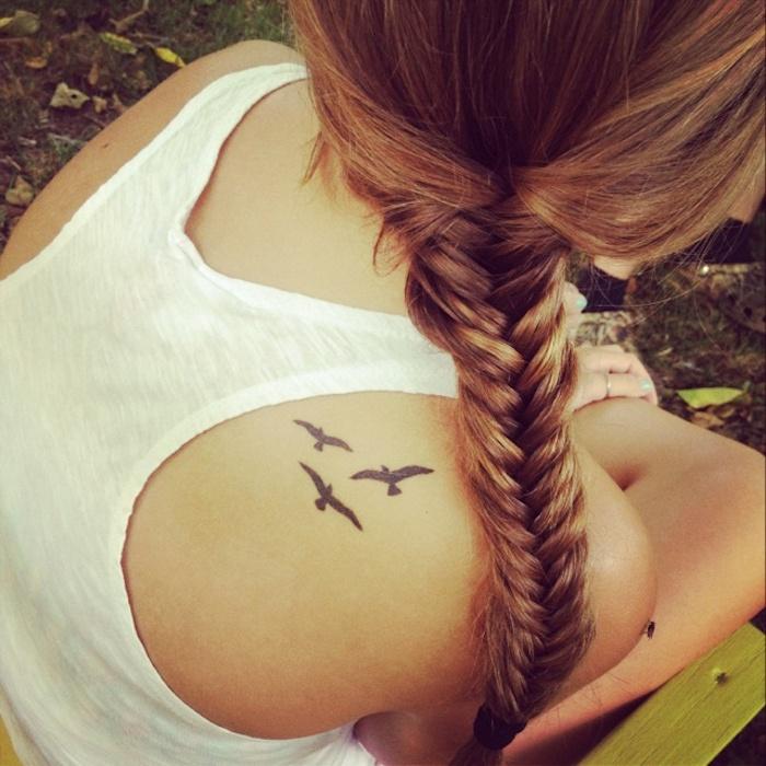 tatuajes minimalistas para mujeres, tatuajes con aves en pleno vuelo, diseños de tatuajes chicos, tatuajes hombro mujer