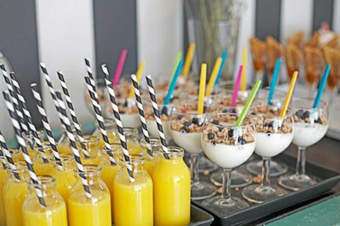 refrescos y bebidas para bruch, jugo de naranja y yogur griego con cereales y arandanos, ideas que es un bruch