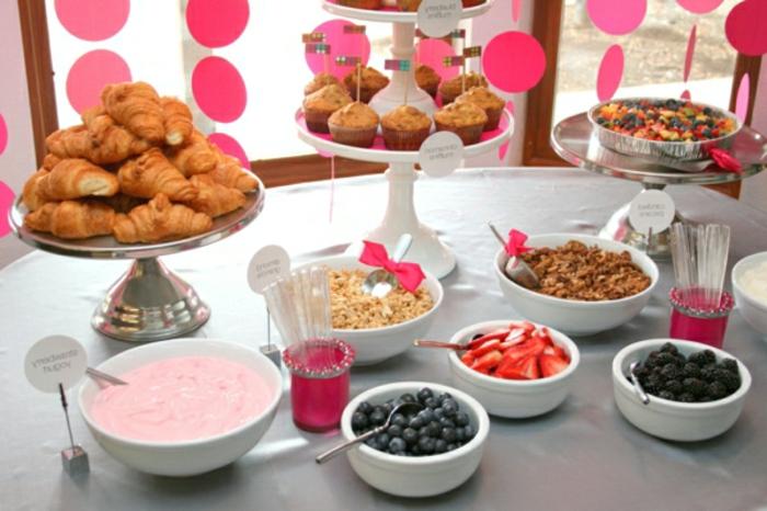 desayunos clásicos para empezar la jornada, yogur griego con frutas rojas, magdalenas y croissant, cereales con leche